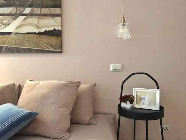 二楼床头,且配有吊灯,房源内每一处都是一处景。