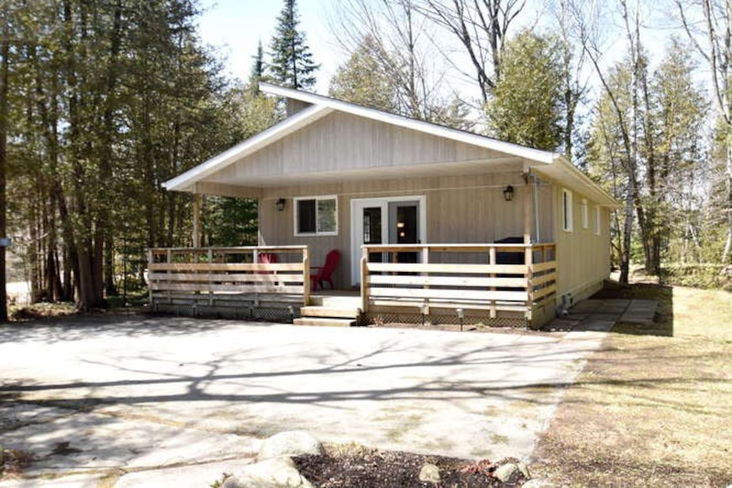 Cozy bungalow cottage close to Sauble Beach and short path in back yard to Lake