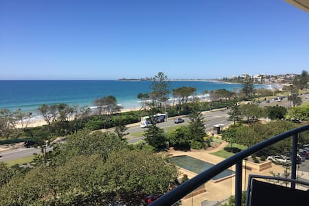 Beachfront Top Floor Apartment w/ Rooftop Balcony - Alexandra Headland