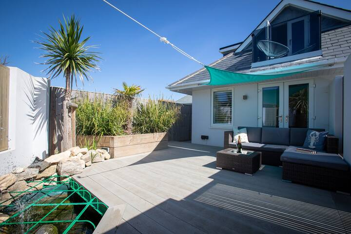 Stay by the sea in self contained  loft w/parking.