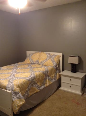 Private room near business district - Fayetteville - Daire