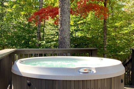 SUNNY DAYS, COOL NIGHTS. HOT TUB UNDER THE STARS!