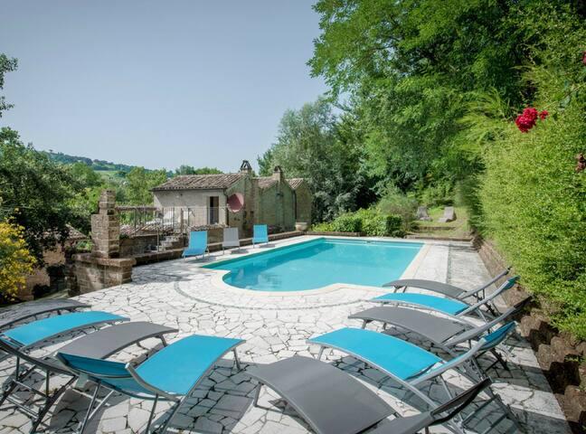 Incantevole villa con piscina 12 posti letto