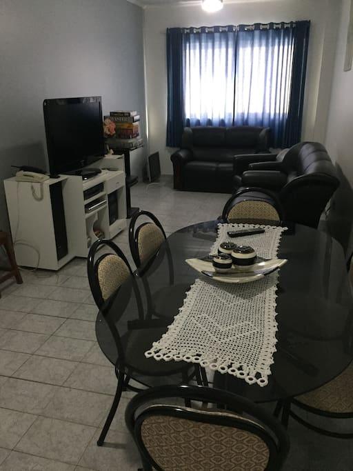 Sala de estar/jantar com TV e jogos de tabuleiro (quebra-cabeças, Imagem e Ação, Rumikubi, Perfil e Master). Sofás de 3 e 2 lugares e poltrona. 2 ventiladores de teto independentes com funcionamento por controle remoto.