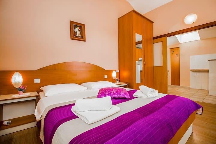 Apartment for three persons - Brodarica - ที่พักพร้อมอาหารเช้า