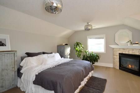 4 Bedroom Luxury Home - Collingwood