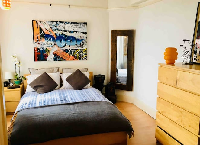 Quirky  room in flat in Streatham Hill main rd