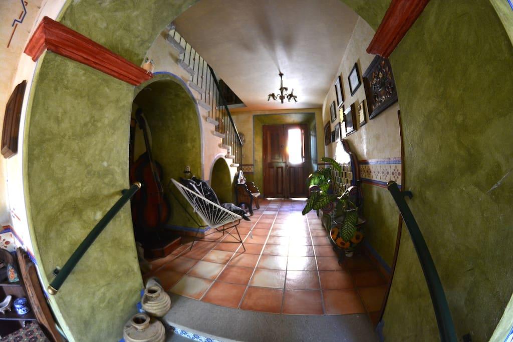 Los gruesos  muros de adobe dan frescura a la parte mas antigua de la casa