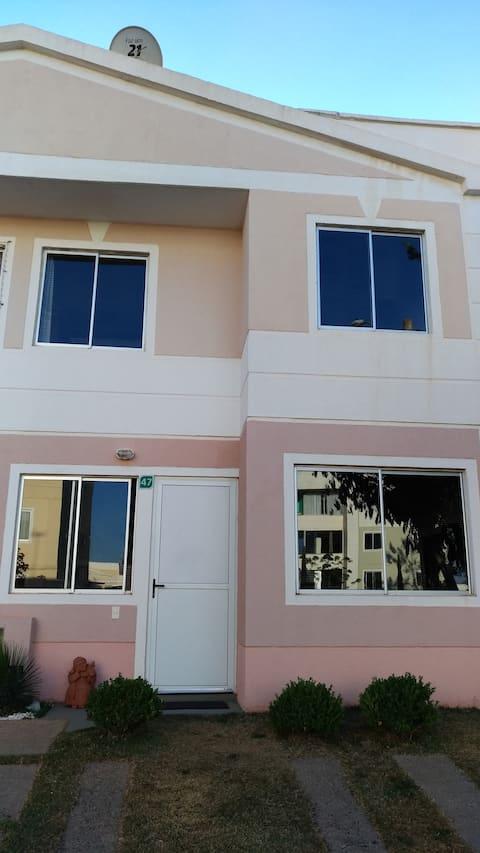 Ambiente simples e acolhedor em condomínio fechado