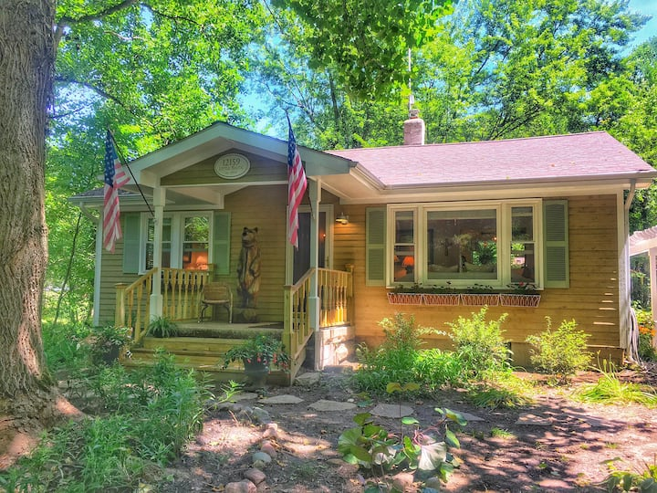 Restful, Charming Cottage Walking Distance To Lake