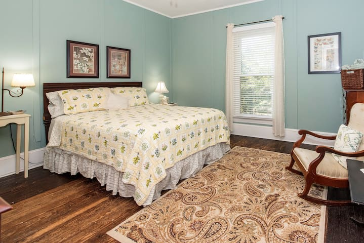 Bright and restful - queen bed rm#1 Quaint B&B