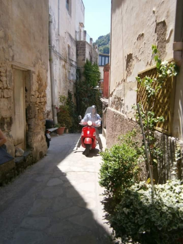 Vespa tour in Naples alleys