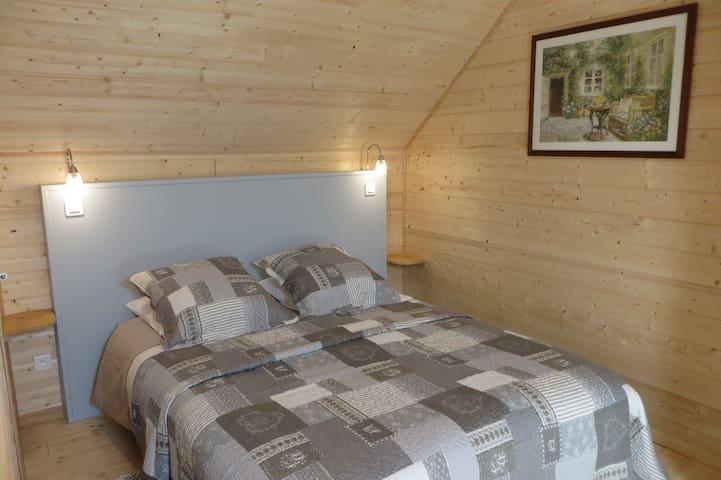 La chambre grise : un lit 2 personnes et 1 lit 1 personne.