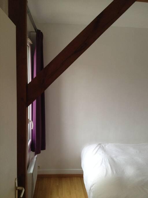 Chambre spacieuse avec lit king size, deux commodes, réveil simulateur d'aube.