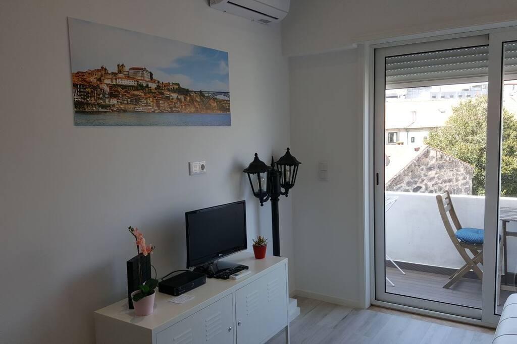 Sala com TV, internet e TV Cabo