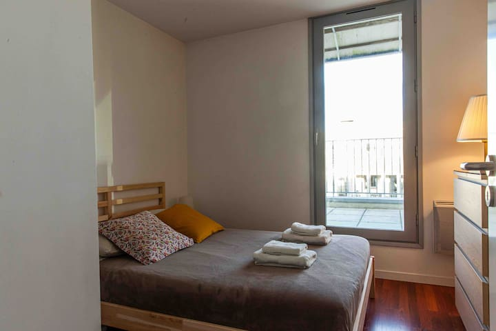 Cosy sunny room with terrace and view in Bordeaux