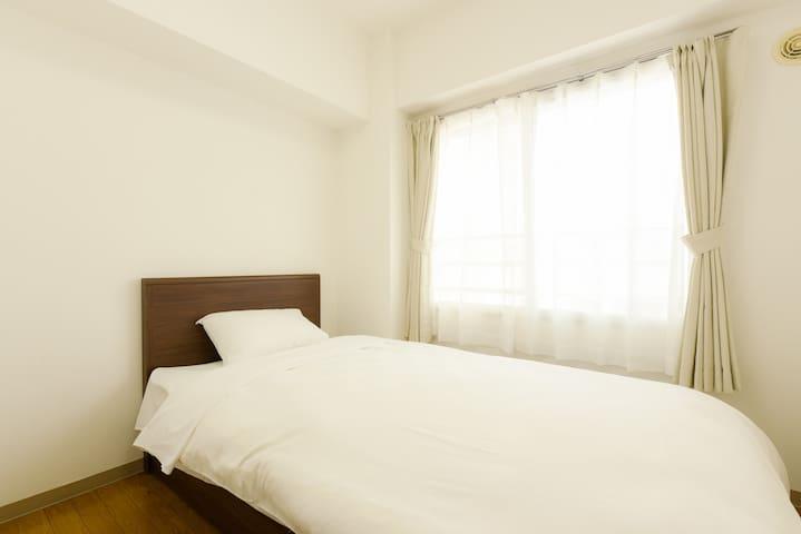 Cozy second bedroom. 寝室2は窓があり快適です