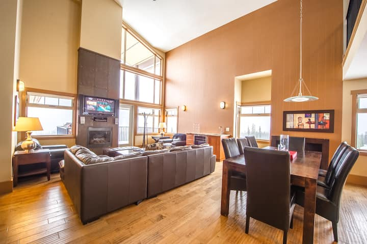 Raven 401 Penthouse - Vaulted Ceilings