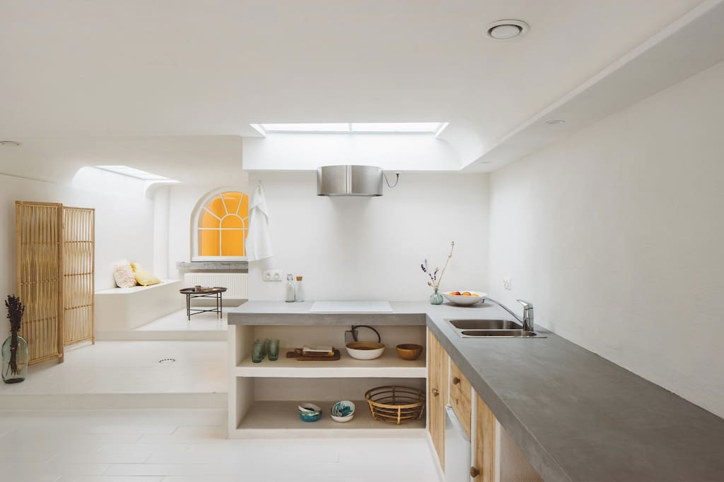 The apartment is newly renovated and has a fully equipped kitchen, complete with handmade ceramics, tea, coffee and a cooking plate.