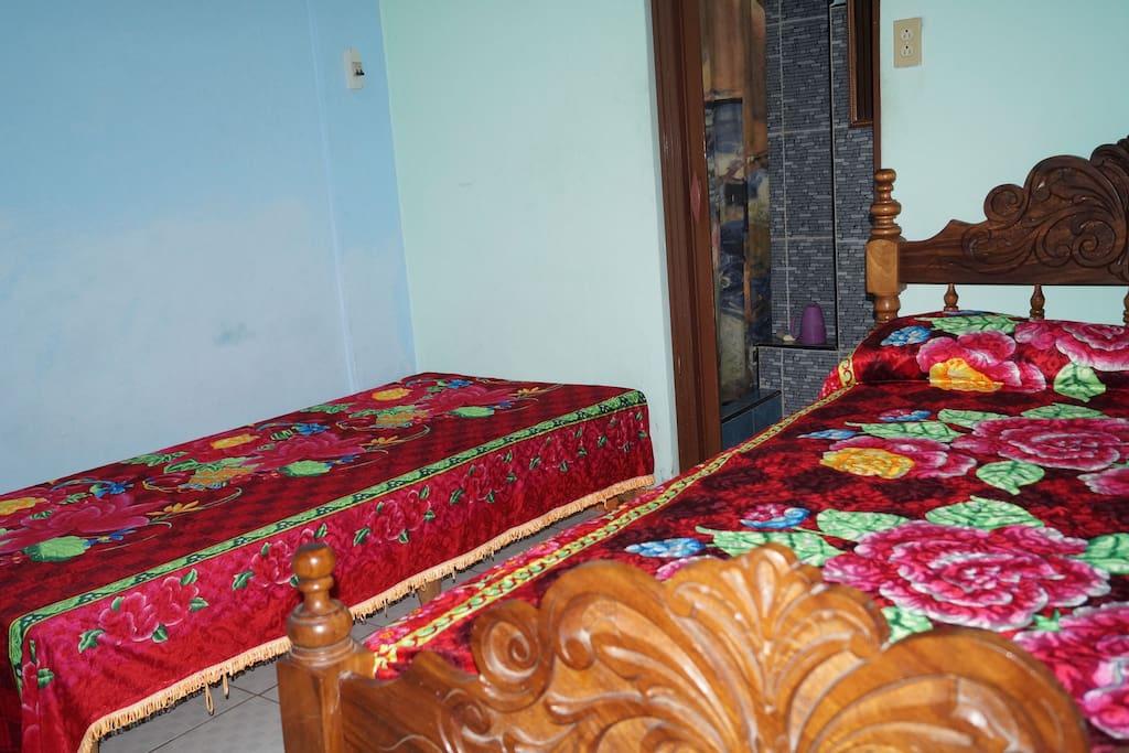 Habitación #2 climatizada con baño privado con agua fría y caliente. Especial para parejas o familia con hijos.