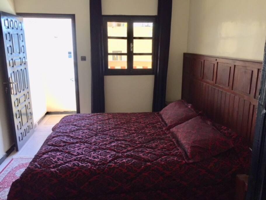 Chambre avec grand lit et balcon