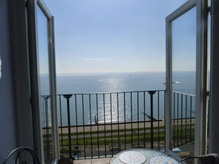 Penthouse en-suite double with lift & sea views.