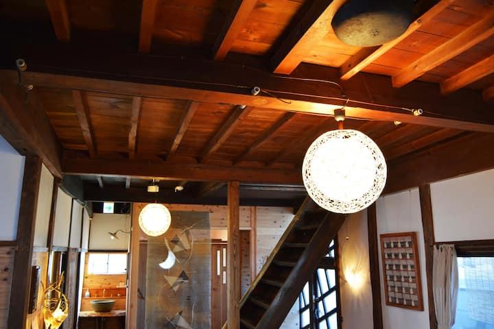 歴史ある温泉街にたたずむ古民家ゲストハウス・Historic hot spring town, S