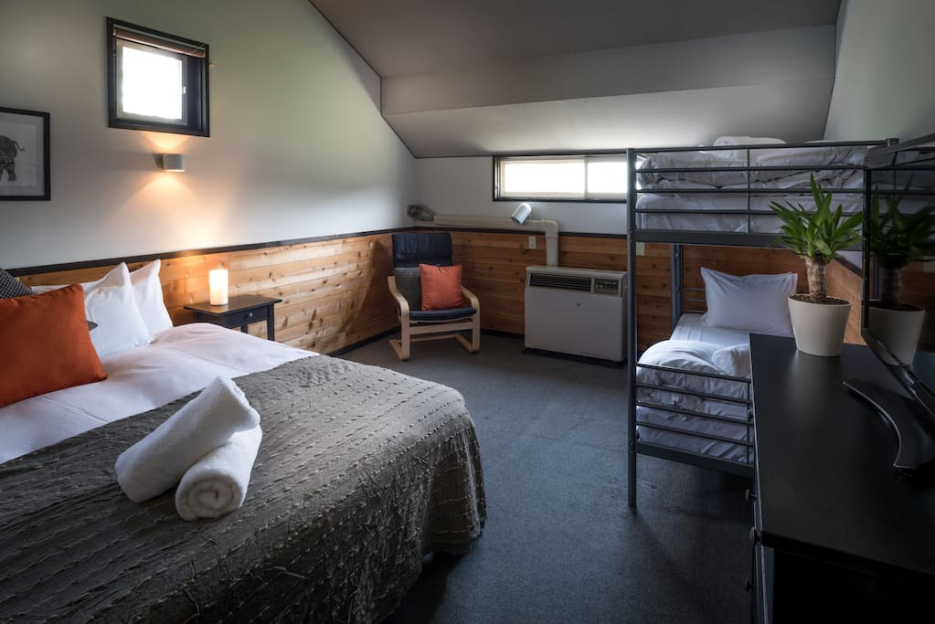 A great space for two couples, a family or a group of friends. (Room configured with a king bed + bunks)