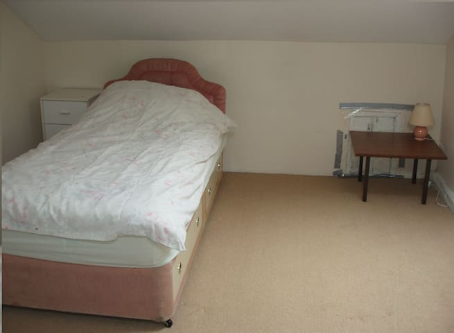 Rooms in Shared House AVALIABLE - Huddersfield - House