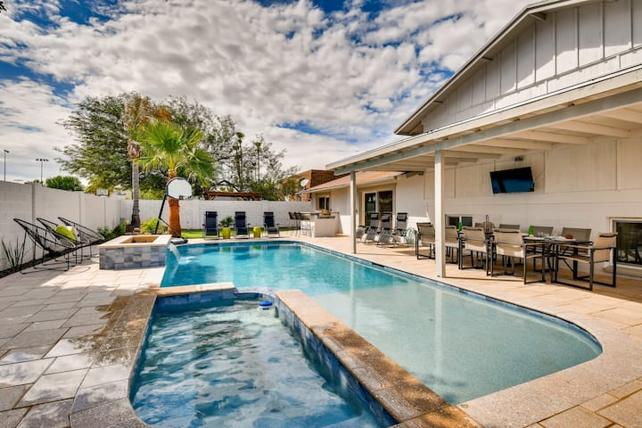 Tres Chic Old Town 5BD/4BA Heated Pool+Spa+Putting Green&Fire Pit!