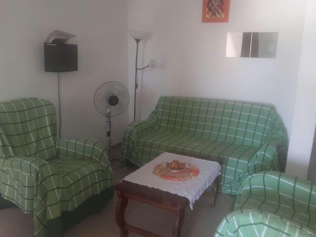 Le séjour de votre appartement du Covent garden, équipé de Canapé convertible,  2 fauteuils.