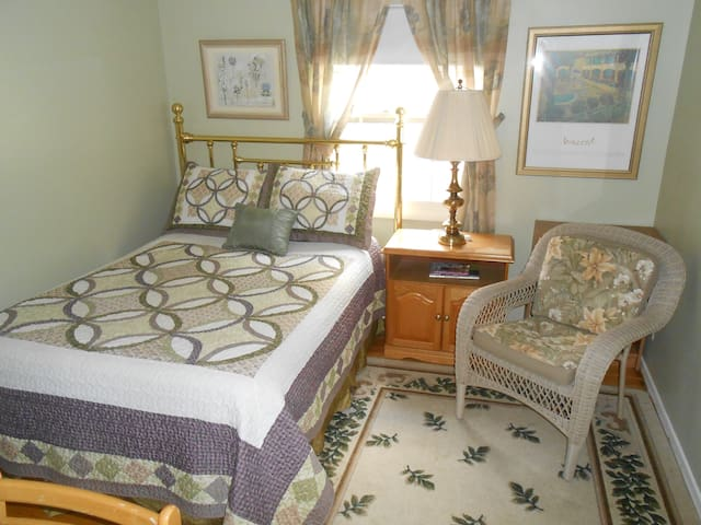 Nice Suburb,smaller of two rooms - Pittsford - Ev