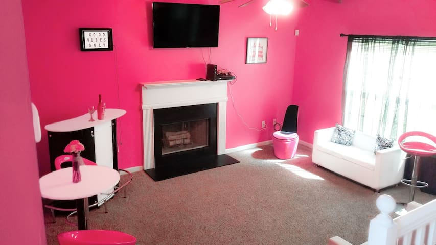ALL-PINK BARBIE HOUSE- (10 MINS FROM THE AIRPORT)