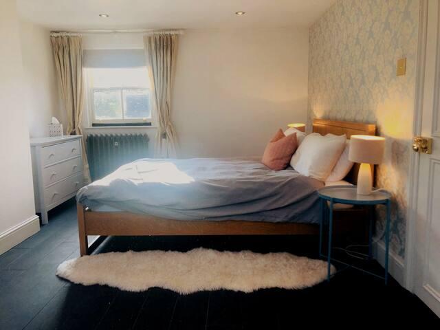 Beautiful Loft Suite & Private Snug in Townhouse