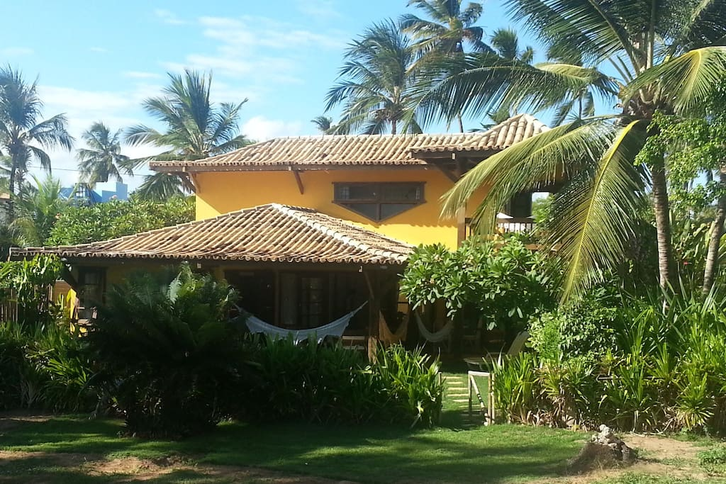 Fachada pela alameda de acesso à praia e ao centrinho da Vila.