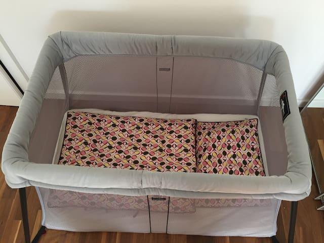 Babybett mit Kinderbettwäsche