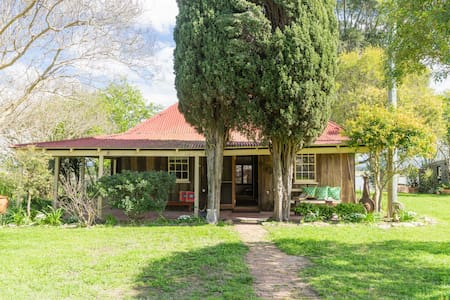 Heritage cottage on 5 acre horse property. - Pitt Town - House