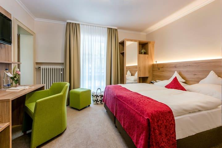 """Der Eisvogel Hotel - Gasthof - SPA (Bad Gögging), Doppelzimmer """"Abens"""" mit Balkon und Blick zur Abens"""