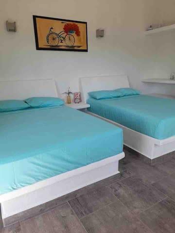 Casa corazón zen te ofrece una amplia y cómoda habitación doble (dos camas matrimoniales) con vista a la alberca.   Cuenta con baño propio, regadera con agua caliente, lavabo, ventilador y servicio de toallas de mano, baño y alberca.