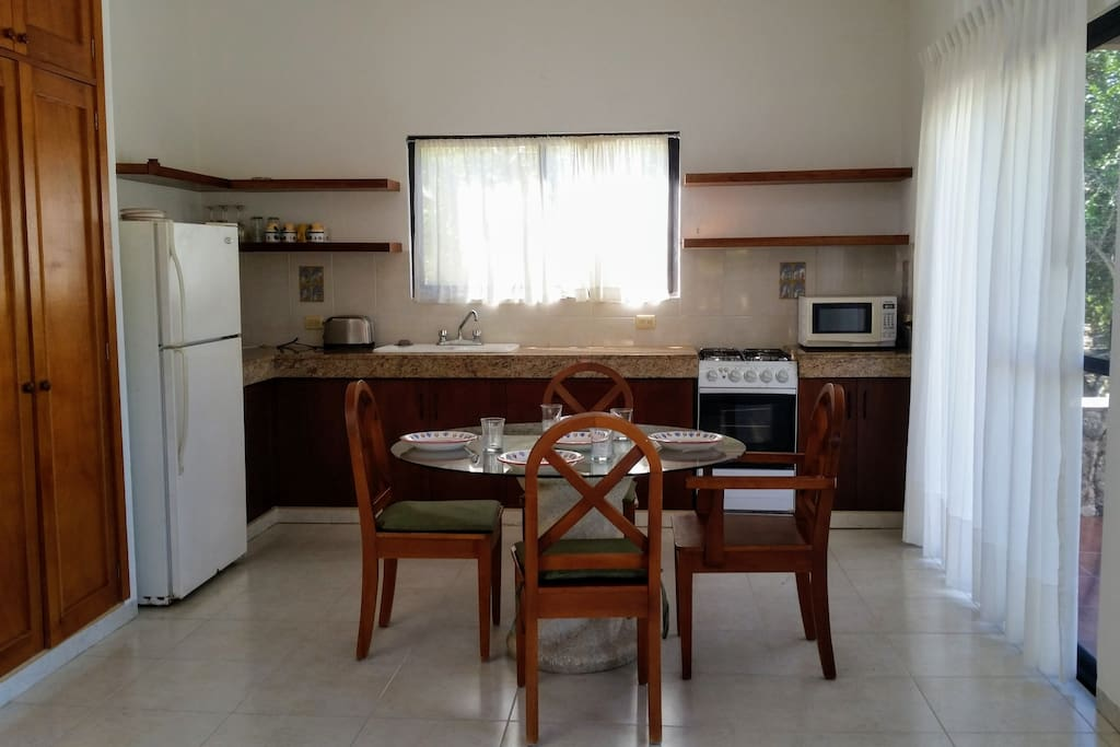 Granite worktop kitchen and equipped kitchen with dinning room.