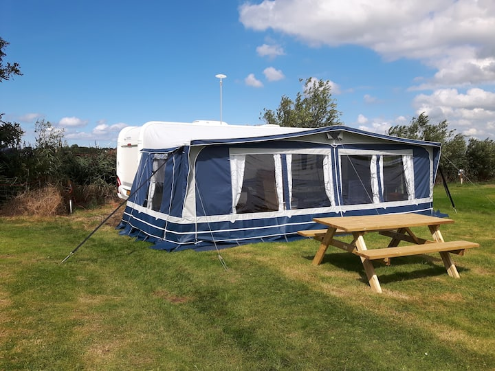 Grote caravan met ruime voortent Camping Sotterum