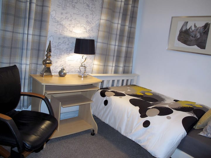 Nice bedroom with private bathroom near Tube St.