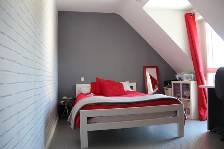 Chambre lumineuse - Location semaine ou mois - Saint-Erblon