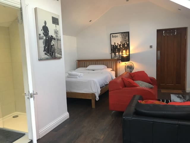 Modern City Coach House 1 Mile From City Centre