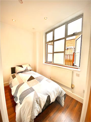 10 mins from central london! Spotless clean! Love!