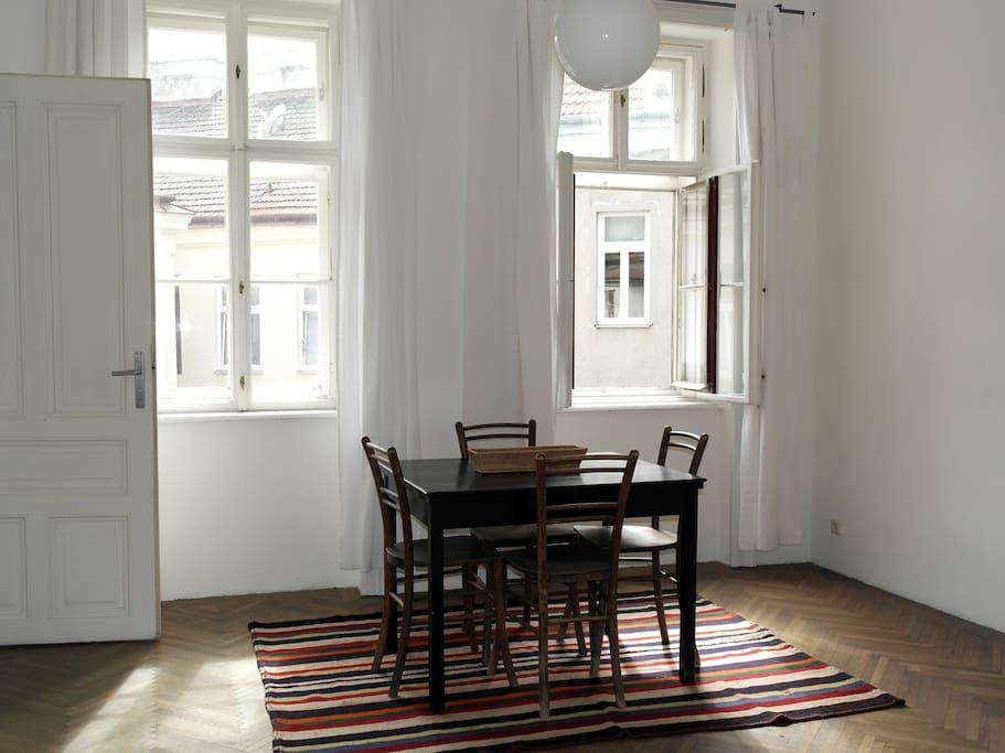 Wohnzimmer mit Fensterfront zum Innenhof
