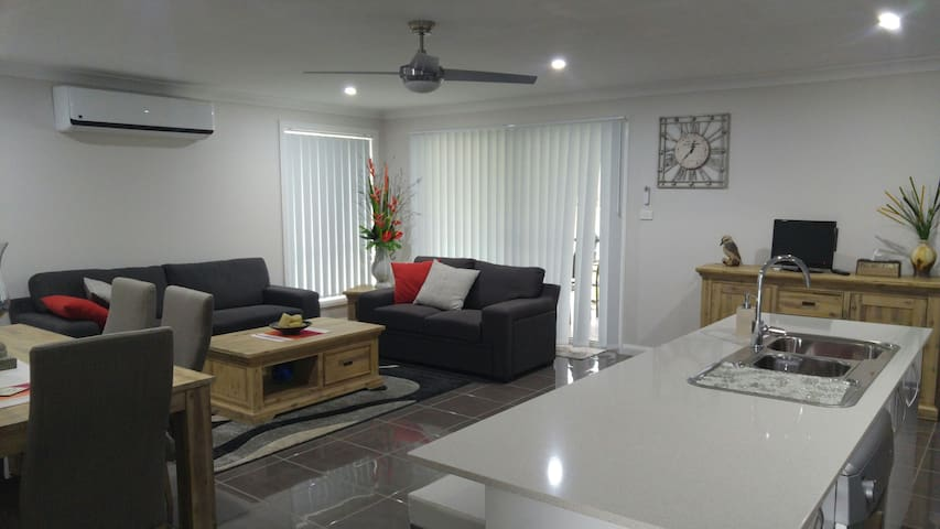 Brand new modern home in Tamworth, ready for TCMF. - Tamworth - Huis