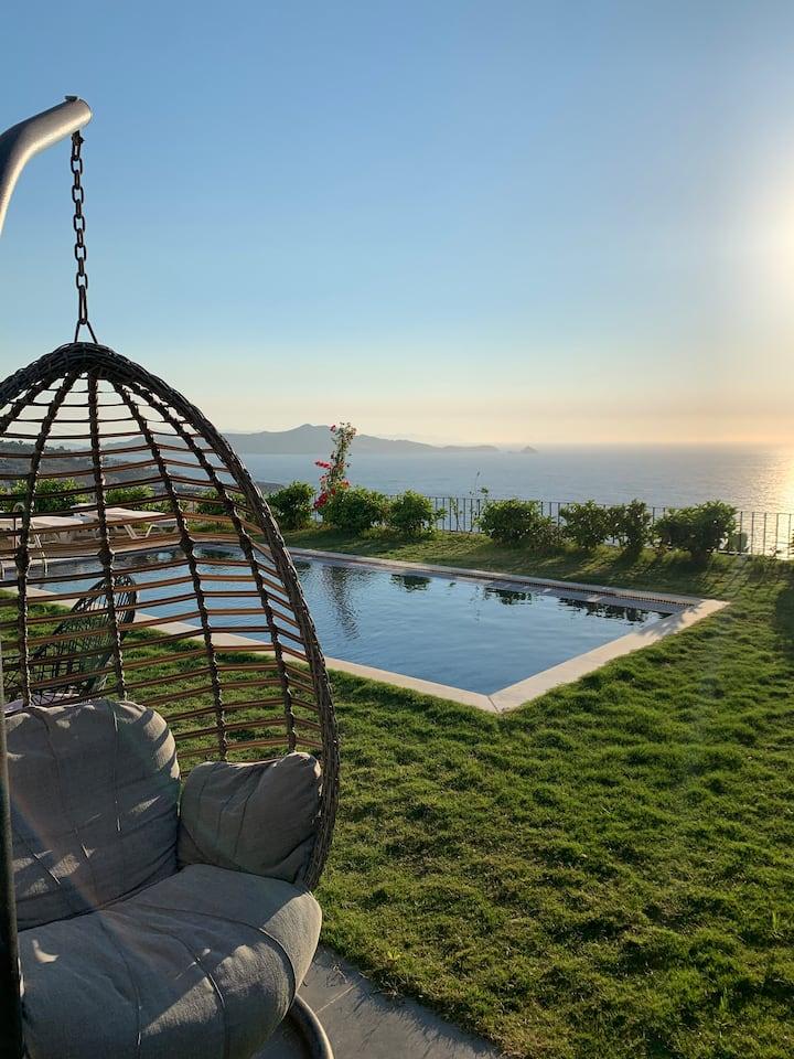 Yalikavak'ta deniz manzaralı, özel havuzlu daire