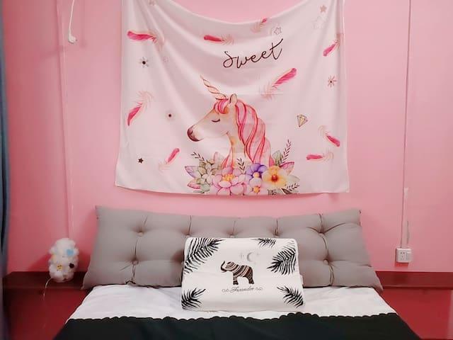 粉色的房间。床垫和枕头都是纯天然乳胶的
