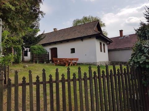 Palóc kontyos házikó, Hollókő mellett